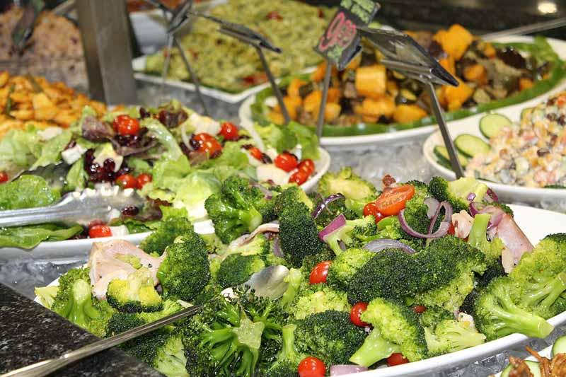 Ensalada de Brócoli con aderezo cremoso de queso feta