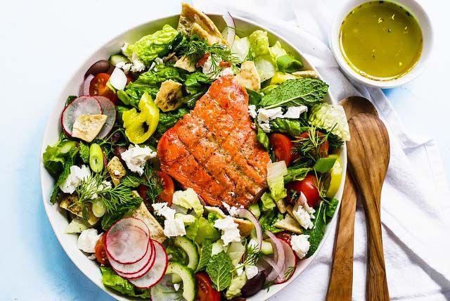 Ensalada picante de salmón y feta